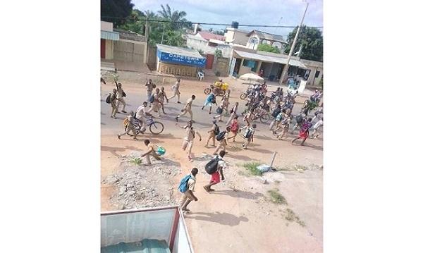 Les élèves déversent leur fiel dans la rue                                                                             14 novembre 2017
