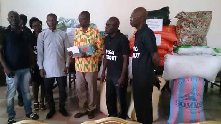 Foussena DJAGBA fait don de vivres et de non vivres aux populations sinistrées du Togo 22 novembre 2017