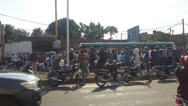 Togo : Des zémidjans soulèvent un bus de SOTRAL pour sauver la vie à un des leurs