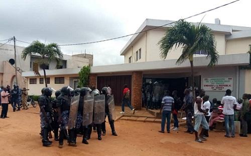 Visite musclée des forces de l'ordre à Nicodème Habia devant l'ambassade du Ghana au Togo                                                                             24 septembre 2018