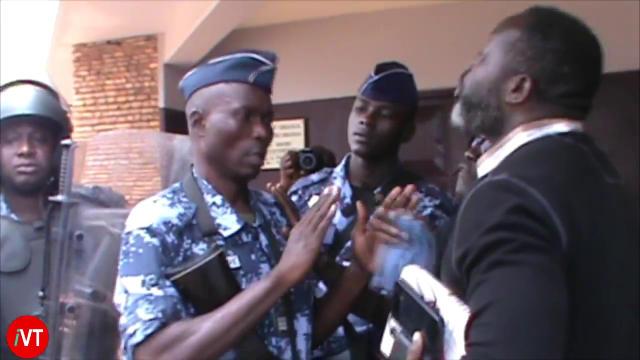 Togo, Grève de la faim de Habia : Un gendarme inculte se ridiculise devant l'Ambassade du Ghana