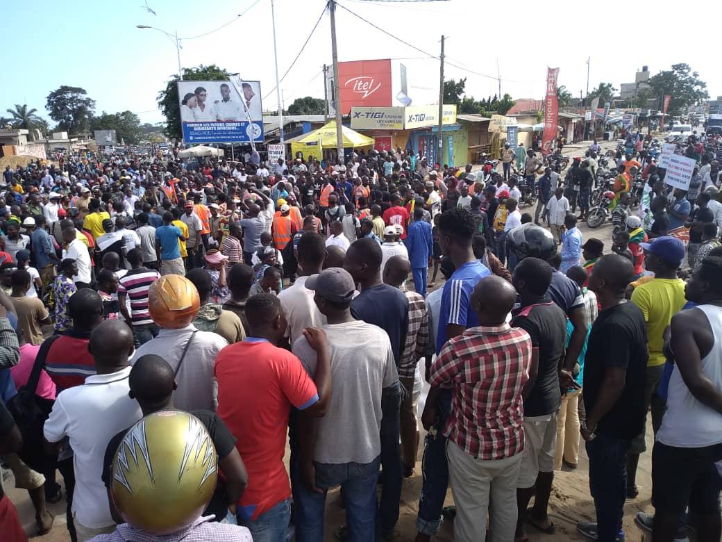 Des femmes togolaises brandissent le « carton rouge » contre les violences lors des manifestations