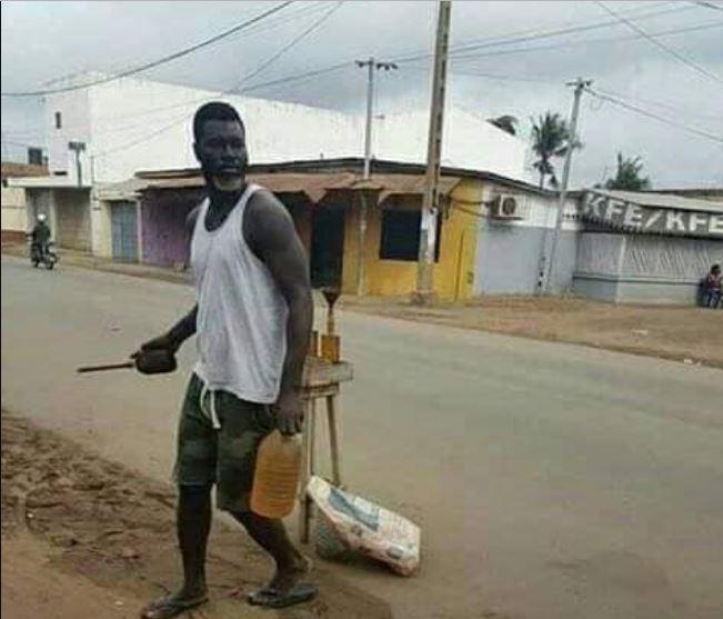 Le petit frère d'Emmanuel Adebayor, désormais vendeur d'essence frelaté