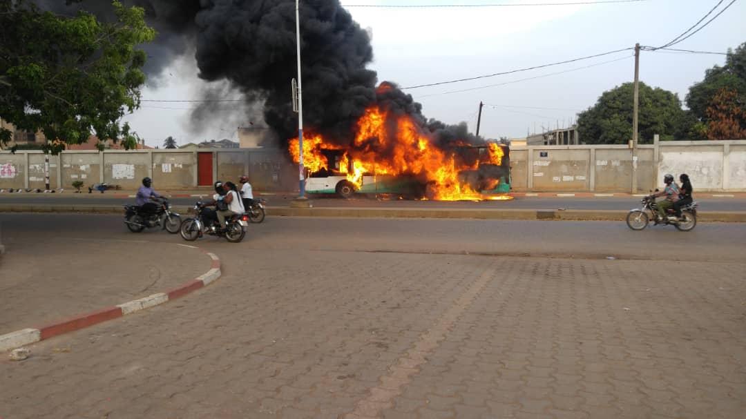 Un bus Sotral prend feu sur les pavés de Djidjolé