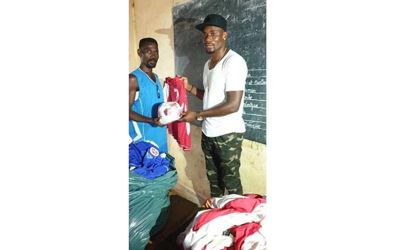 L'ex-international togolais Kossi Agassa offre du matériel sportif au Centre de foot Liberté