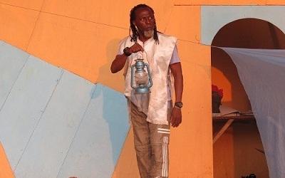 Théâtre à l'Institut français du Togo : Apédo-Amah Togoata dans un rôle d'un ancien militaire déchu