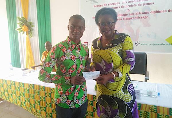 La ministre chargée du Développement à la base prime 12 associations de jeunes et offre des outils de travail aux artisans diplômés