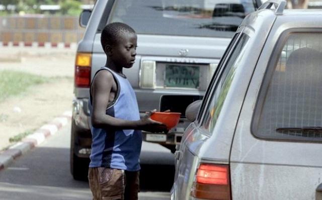 Le nombre croissant des enfants mendiants aux feux tricolores à Lomé inquiète