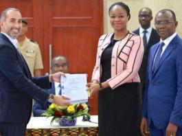 Un des nouveaux patrons de Togocom (g) et la ministre des Postes et de l'Économie numérique Cina Lawson (c) et le ministre de l'Économie et des Finances Sani Yaya (d) | Photo : DR