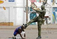 Un soldat togolais dans ses oeuvres dans une rue de Lomé, Togo, 2005 | Archives : DR
