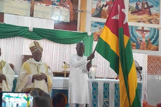 Agbéyomé Kodjo (avec le drapeau) | Photo : DR