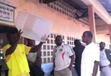 L'urne présentée aux électeurs