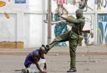 Violences militaires post-électorales de 2005. Un soldat à la solde des Gnassingbé assène un violent coup de pied à la tête d'un jeune qui a eu le malheur d'être dans la rue | Archives