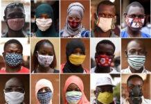 Des habitants de la capitale burkinabé Ouagadougou portant des masques pour se protéger du Covid-19