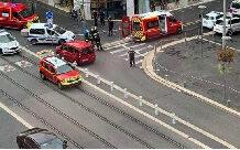 Un périmètre de sécurité a été mis en place autour de l'église située dans le centre-ville