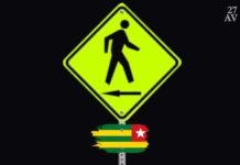 Les Togolais marchent, dos à la route