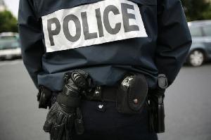 Arrêtée en possession de la drogue, elle propose le s3xe aux 3 policiers