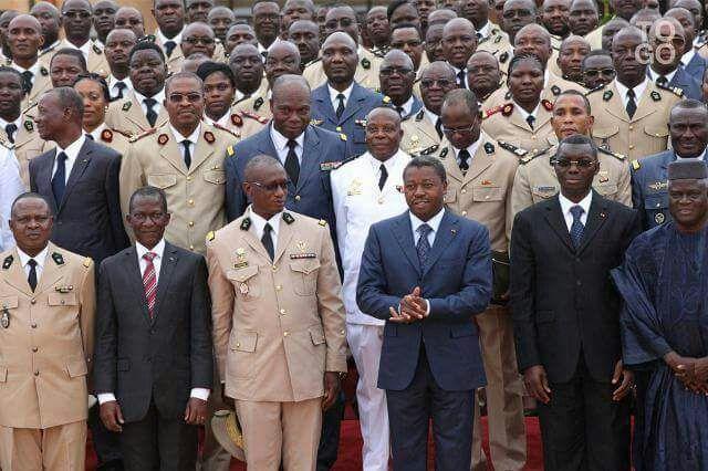 Faure Gnassingbe avec les officiers de tous les corps de armee