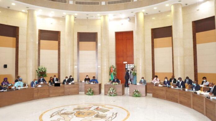 Conseil des ministres : un avant-projet de loi, un projet de décret et 6 communications