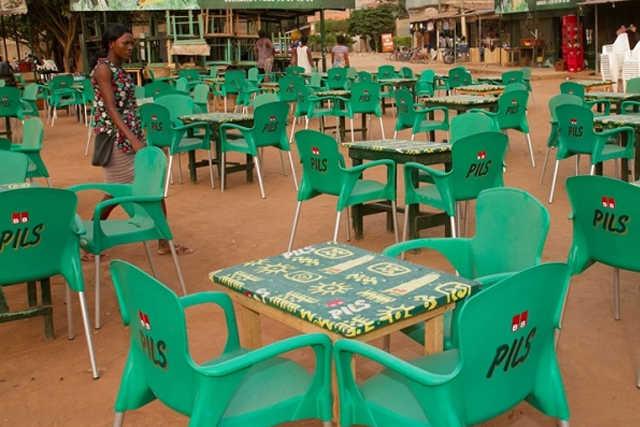 devanture d'un bar à Lomé