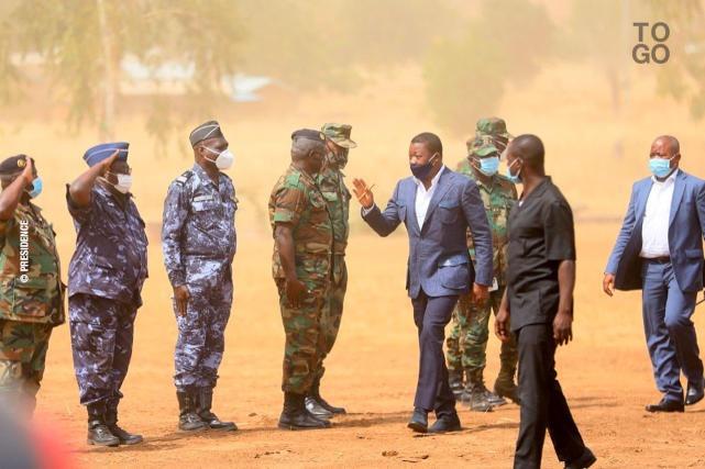 Faure-Gnassingbe-aupres-des-hommes-de-l-operation-Koundjoare