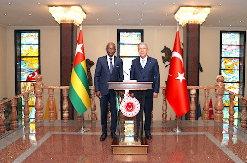 Entretiens à Ankara entre Robert Dussey et le ministre turc de la défense
